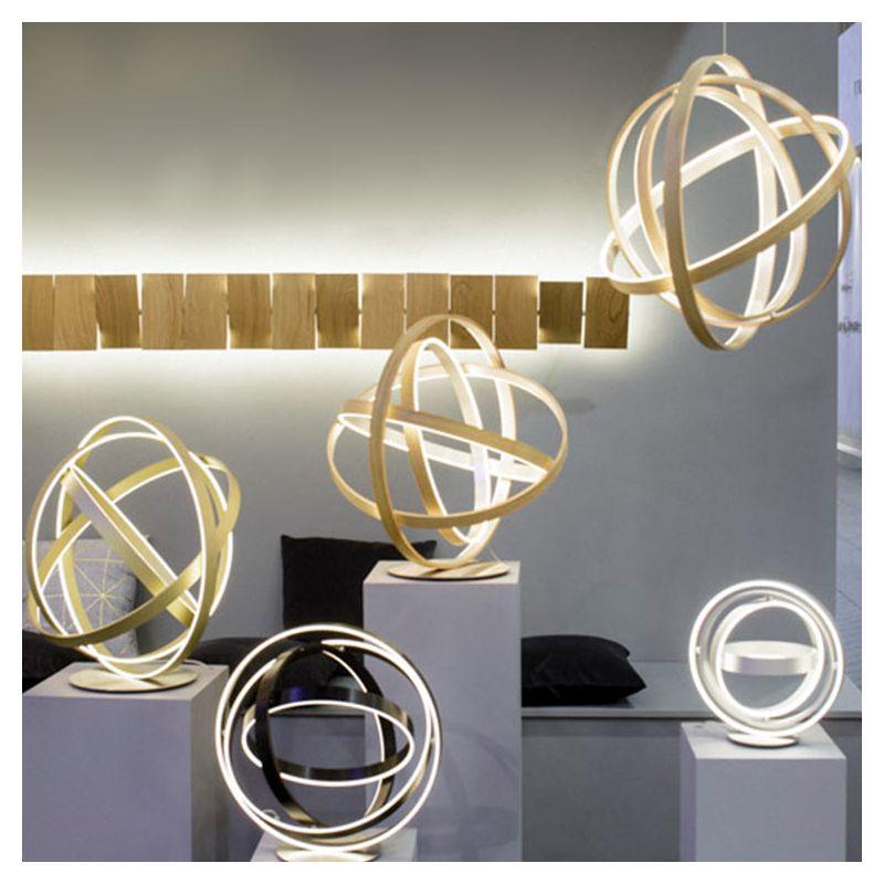 Lampes de table LEDs B612 Henri Bursztyn, de gauche à droite : finitions aluminium doré, aluminium noir, finition bois et finiti