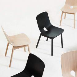 Chaises en bois MONO Woud, coloris chêne naturel et chêne teinté noir