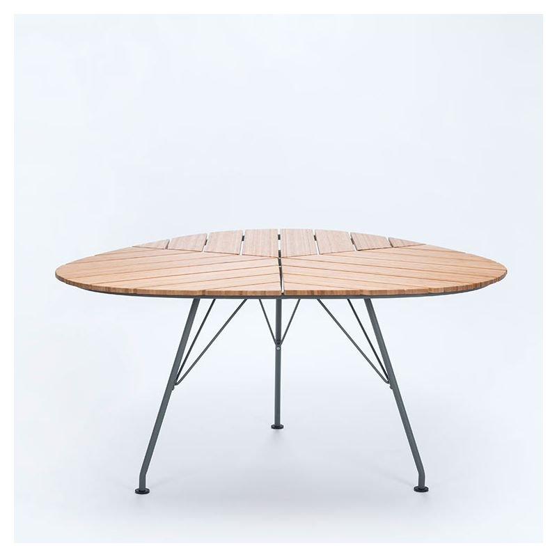 Leaf table de jardin en bambou design houe for Table triangulaire scandinave