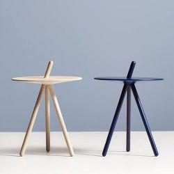 Tables d'appoint chêne naturel et chêne teinté bleu foncé COME HERE Woud