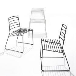 Chaises indoor outdoor noires et blanche PARK B-Line