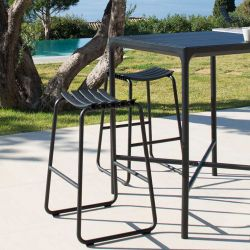 Tabourets de bar noirs RECLIPS & table bar carrée en aluminium FOUR Houe