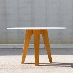 Table ronde plateau blanc Hi-Macs, pieds frêne OM 3 Mjiila